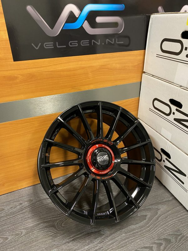 Nieuwe set OZ Racing Superturismo Evoluzione Gloss Black ET44 8,5×19 4 losse velgen. W01852209M4