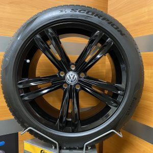 Volkswagen Tiguan SEBRING GLOSSY BLACK 19 inch velgen Zomerbanden 5NA601025E R-line